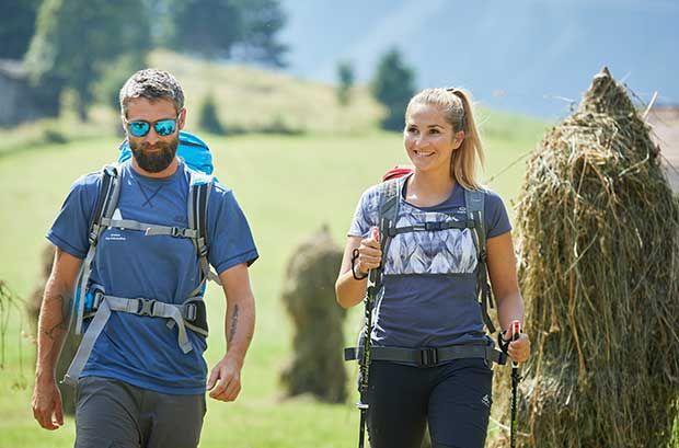 ASI Guide und Wanderin gehen auf Bessinungsweg